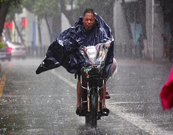 """台风来袭 暴雨倾盆"""""""